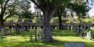 Le lieu de l'enterrement n'est pas librement choisi par la famille mais déterminé en fonction de certain critère